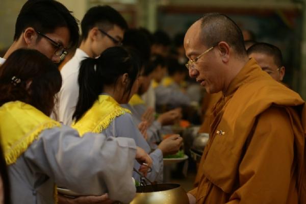 Các bạn Phật tử trẻ thành kính sớt bát cúng dường.
