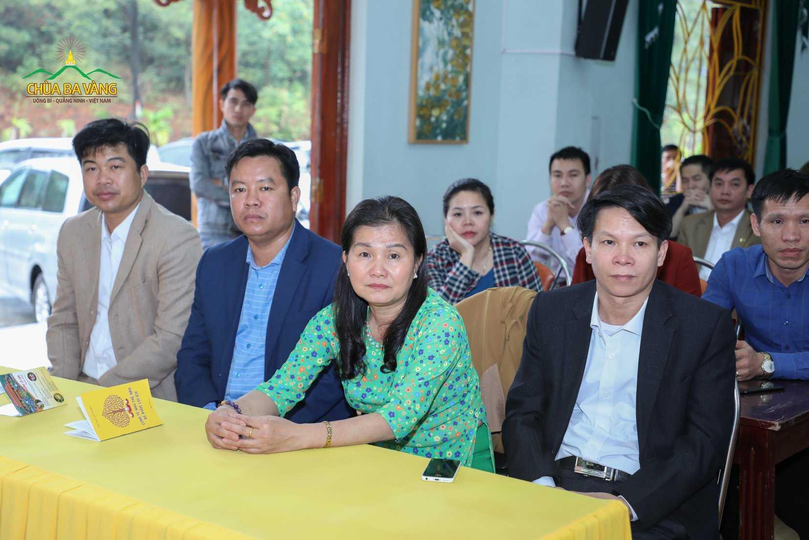 Thầy, cô giáo chăm chú lắng nghe bài giảng của Sư Phụ về người Thầy mẫu mực trong Phật Giáo