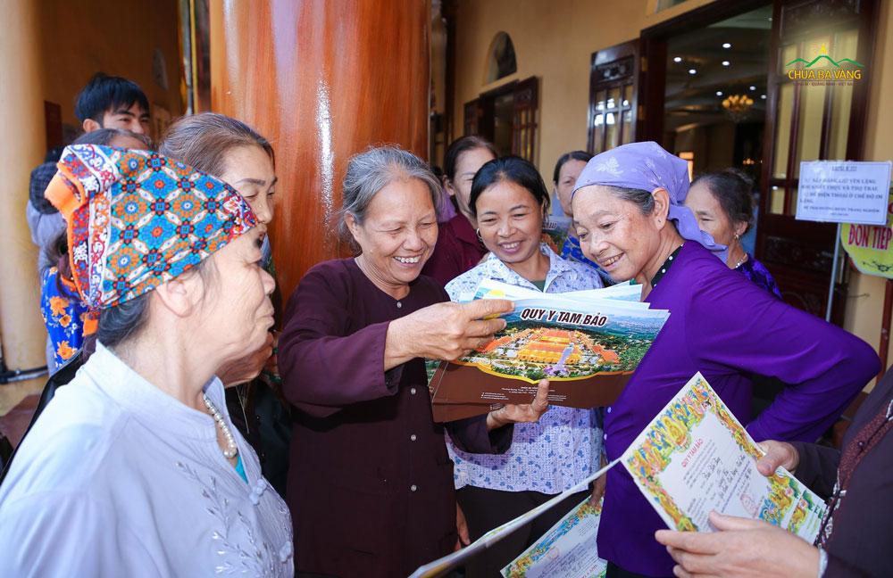 Phật tử hoan hỷ khi nhận được những tấm điệp quy y tại chùa Ba Vàng