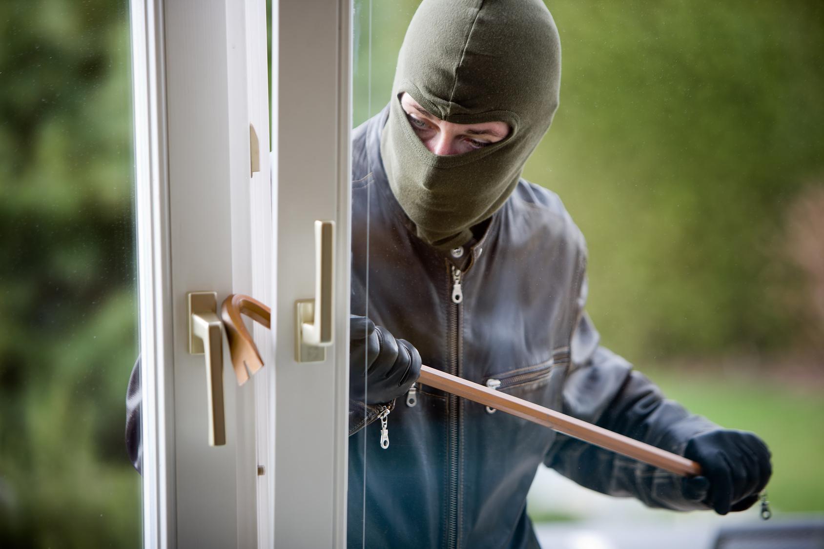 Lừa dối, trộm cắp tài sản của người là các nhân khiến kinh doanh gặp phải vận đen (ảnh minh họa)