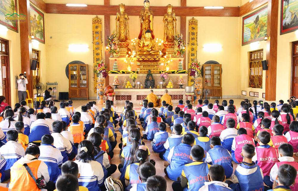 Các quý Thầy tác lễ cầu bình an cho đoàn học sinh trường Tiểu học Yên Thọ - Quảng Ninh