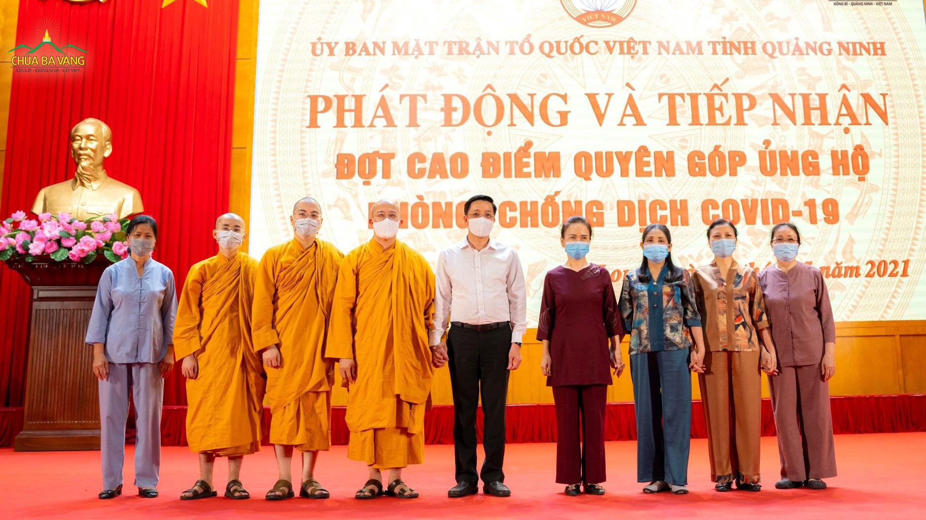 Ông Nguyễn Văn Hồi - Trưởng Ban Dân vận Tỉnh ủy, Chủ tịch Ủy ban MTTQ tỉnh Quảng Ninh chụp ảnh cùng Sư Phụ Thích Trúc Thái Minh, chư Tăng và Phật tử chùa Ba Vàng tại buổi lễ