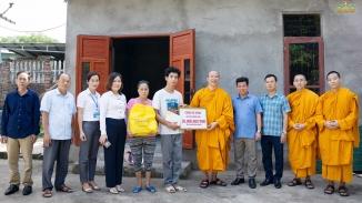 Chùa Ba Vàng trao tặng 60 triệu đồng - sẻ chia yêu thương đến 2 hộ nghèo của xã Thượng Yên Công, thành phố Uông Bí